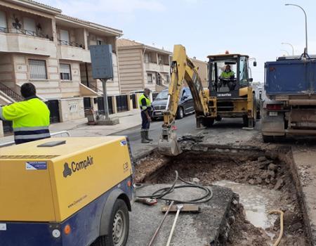Una rotura de la tubería de agua que atraviesa la calle Bolaños obliga a regularizar el tráfico con un solo carril de entrada y salida en la carretera de Bolaños