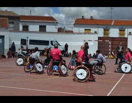 Los alumnos del colegio Miguel de Cervantes practican deporte inclusivo
