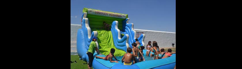 Más de 200 chavales disfrutaron de las actividades infantiles en la piscina