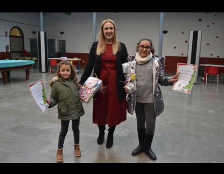 Las ganadores del concurso de felicitación navideña recibieron su premio