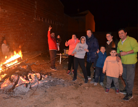 Los almagreños apoyaron la festividad de San Antón en su primera noche