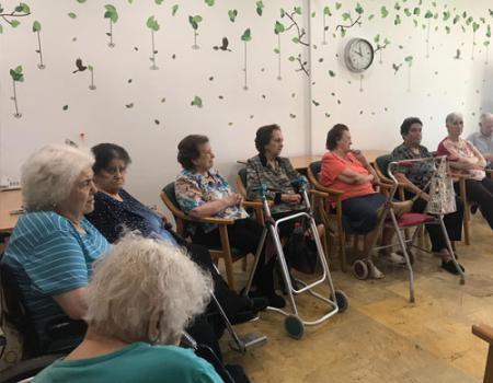 Las voluntarias de la Biblioteca despiden la actividad en la residencia de mayores hasta septiembre