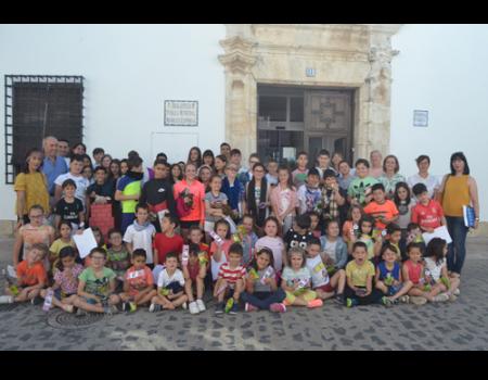 La Biblioteca y los niños de Almagro rinden homenaje a Manolita Espinosa en el 40 aniversario de la publicación de La voz del país amado