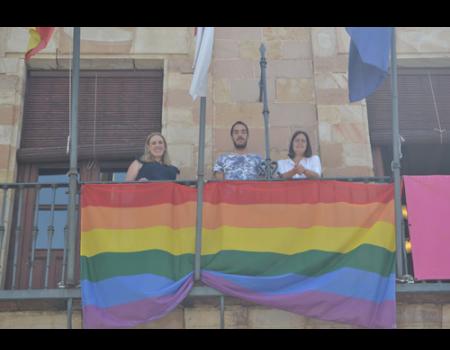 El balcón del Ayuntamiento luce la bandera arcoíris en el Día del Orgullo Gay