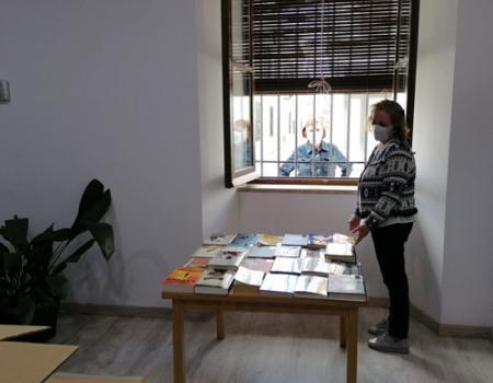 La Biblioteca atiende a través de la ventana de su fachada
