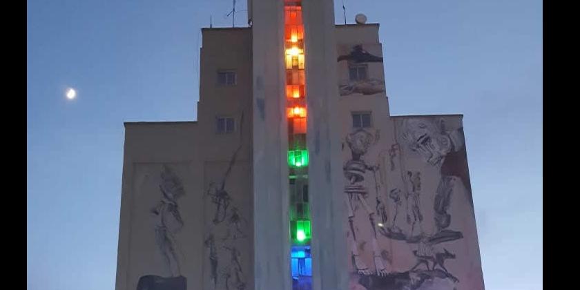 El balcón del Ayuntamiento luce el símbolo del Orgullo LGTBI