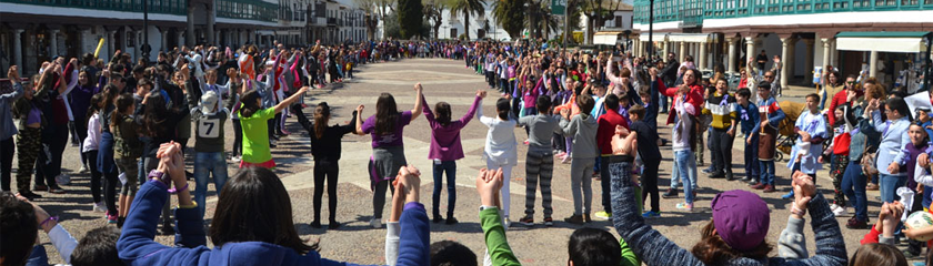 Los alumnos de Primaria de Almagro se unen en una gran cadena humana por la igualdad en la Plaza Mayor