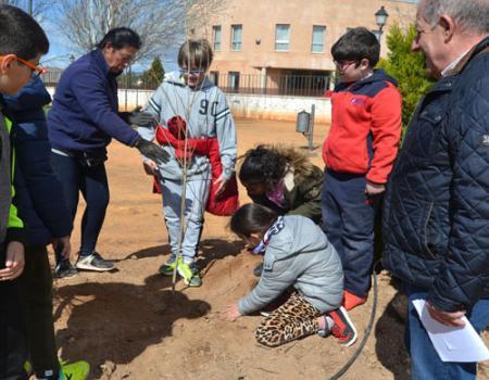 Los alumnos de 5º de Primaria del colegio Miguel de Cervantes plantan árboles en el parque situado junto a la residencia de mayores