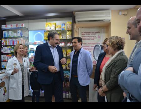 El consejero de Sanidad conoce la campaña de información en las farmacias para celiacos en Almagro