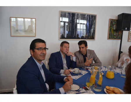 Emiliano García-Page explica su programa a las asociaciones de Almagro