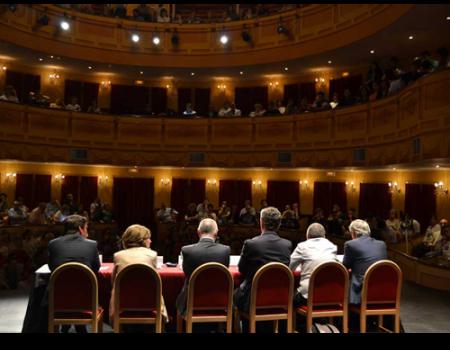 El Teatro Municipal se llena para escuchar a los candidatos a la Alcaldía