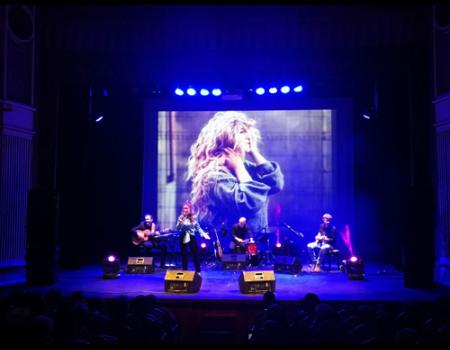 Elena Bella recibió el cariño de su ciudad en el concierto de presentación de su segundo disco