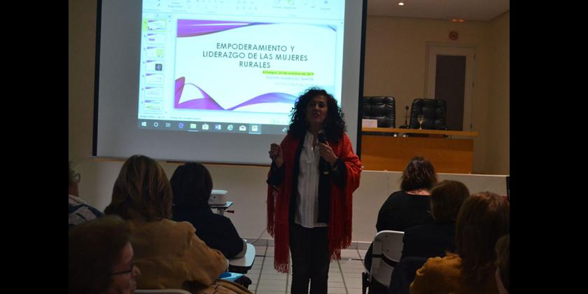 Las asociaciones de mujeres comparten una tarde con la experta en género e igualdad Vicenta Rodríguez