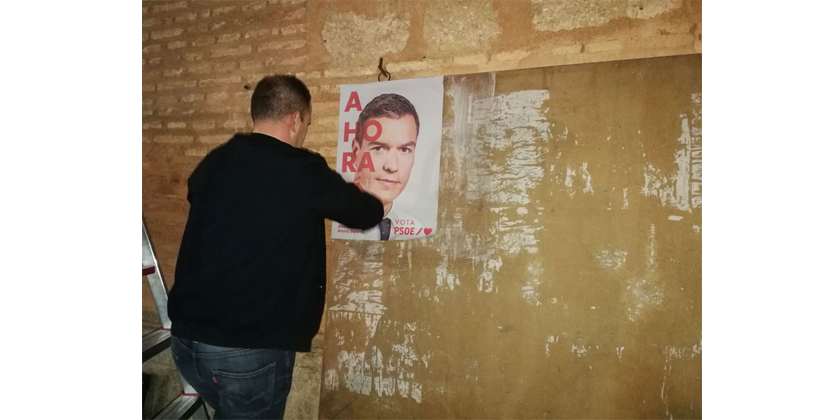 La pegada de carteles inicia la campaña electoral en Almagro