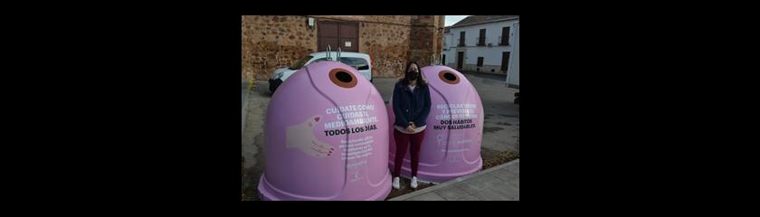 """El Ayuntamiento anima a reciclar """"vidrio por ellas"""" en  los contenedores instalados en la explanada de la Antigua Universidad Renacentista"""
