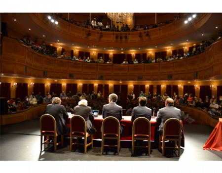 El Premio Nobel de Física, Michel Mayor, inauguró el curso en el Ateneo de Almagro con una conferencia que llenó el Teatro Municipal