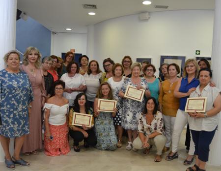 Los cursos intensivos de encaje han formado a medio centenar de mujeres de España
