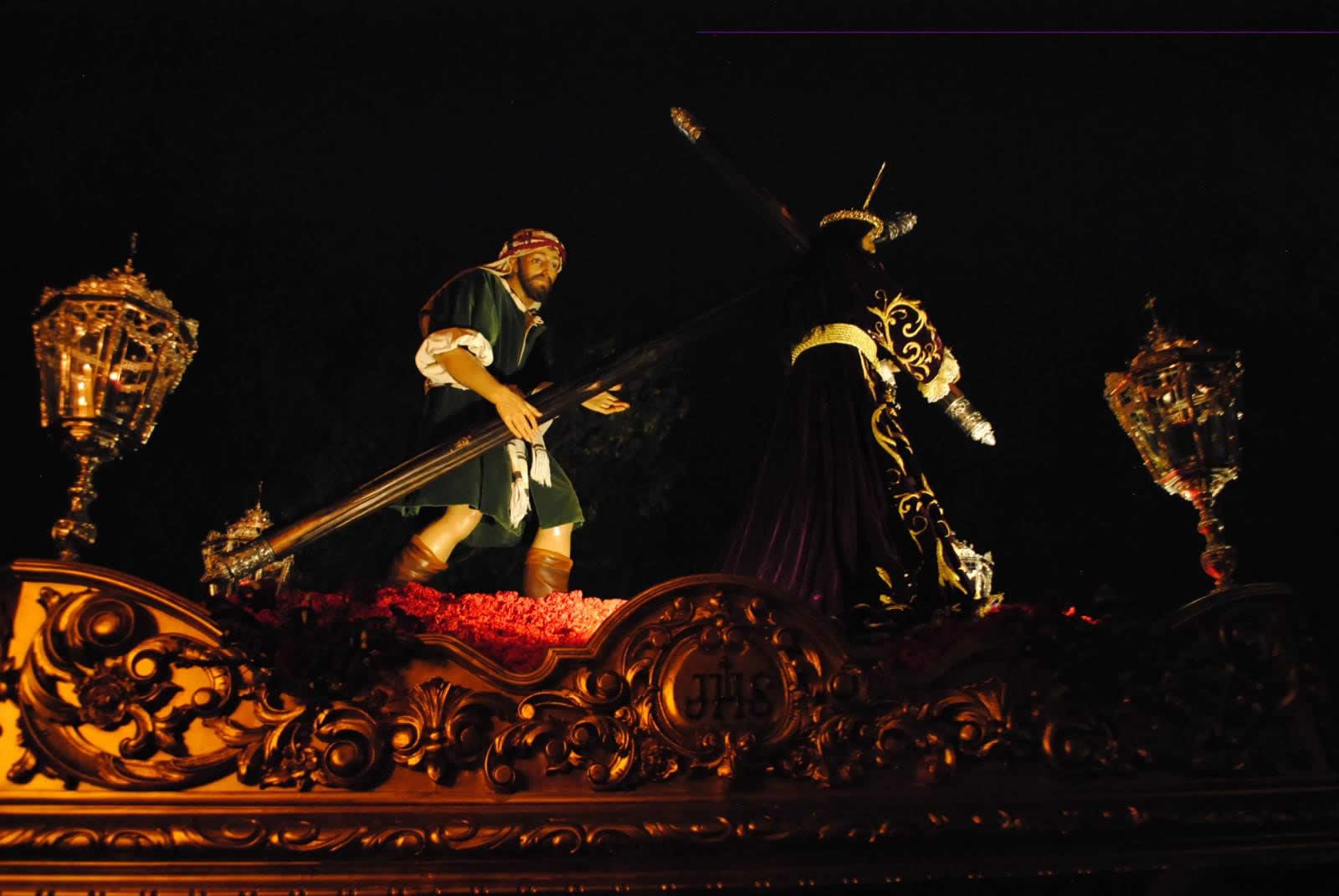 El Señor de San Juan acompañado de la Virgen de la Esperanza procesionó en el silencio de la madrugada