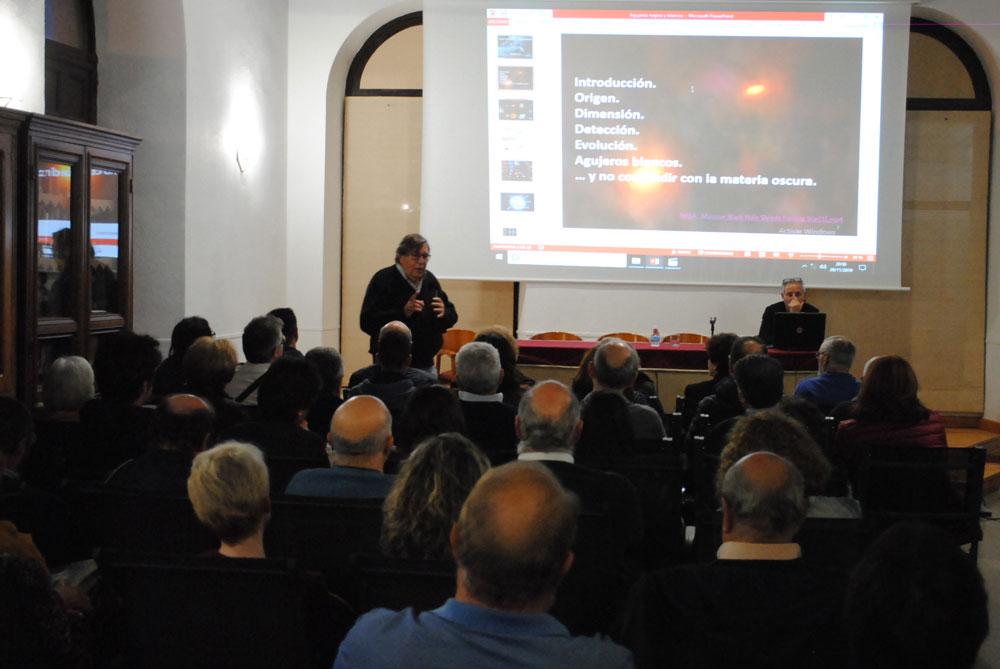 Félix Llorente llenó el Ateneo para hablar de agujeros negros