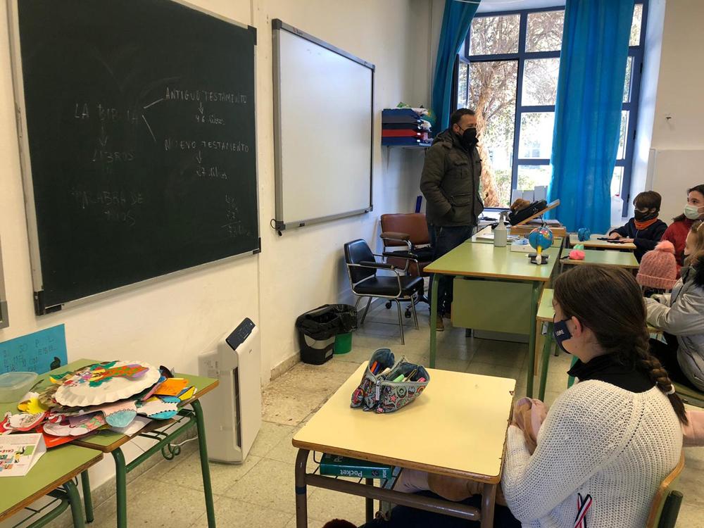 El colegio Miguel de Cervantes cuenta desde hoy un purificador de aire con filtro Hepa en todas sus aulas