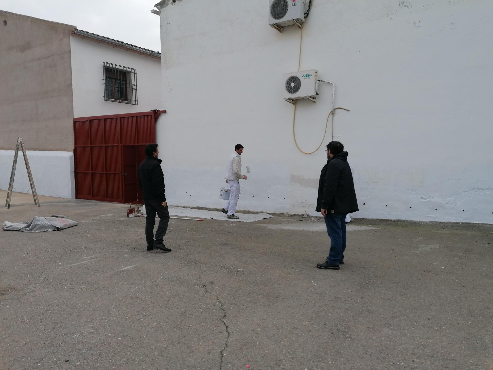 El Ayuntamiento instala una nueva puerta de acceso a la instalación deportiva por el callejón del Serón