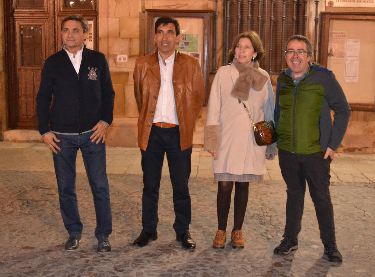 La tradicional pegada de carteles inicia la campaña electoral en Almagro