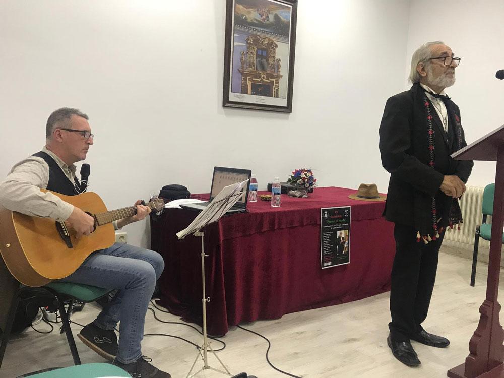 Luis Molina comparta su pasión por la poesía con lectores de la Biblioteca Municipal
