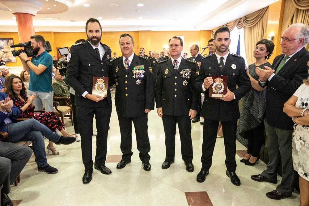 Los policías municipales Javier Vicente y Sergio Delgado son reconocidos por la Policía Nacional por su colaboración en una operación de billetes falsos