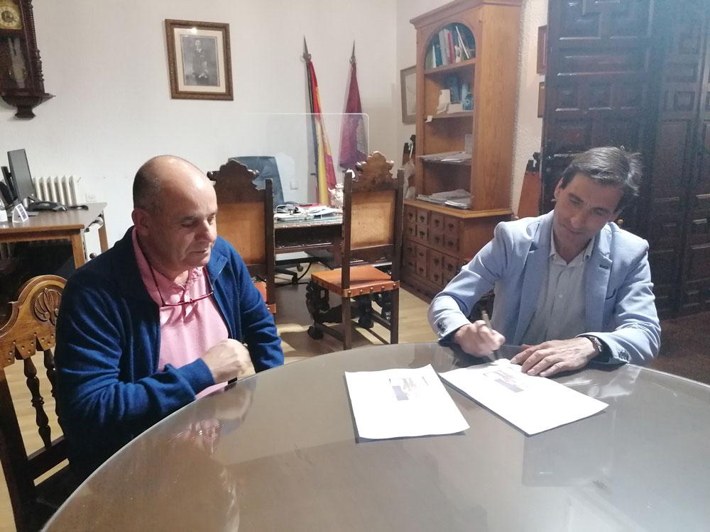 La Compañía Romana recibe del Ayuntamiento una pintura de un Armao para su sede